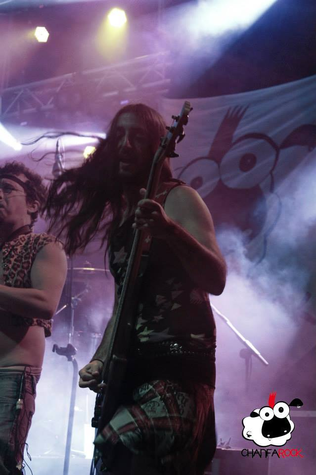 Bajista de pelo largo busca jevi del metal